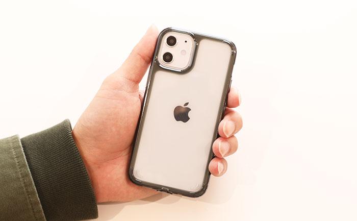 iPhone12miniを手にもったサイズ感