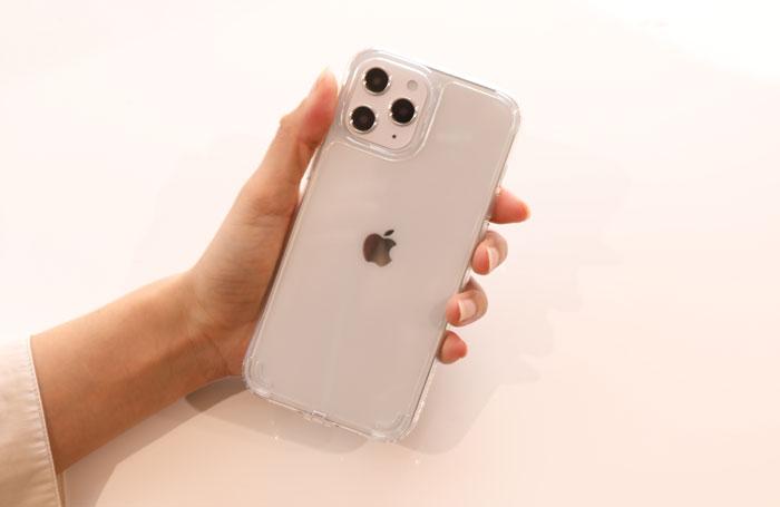 LUMINAケースをiPhone12 Pro Maxに装着した様子
